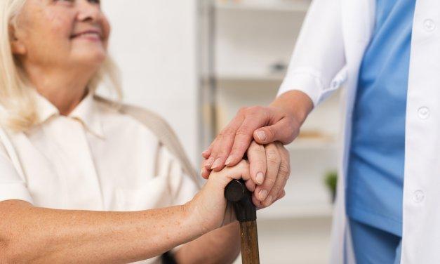 O que causa a osteoporose em idosos?